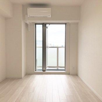 白を基調としたお部屋。清潔感が◎※写真は5階の同間取り別部屋のものです