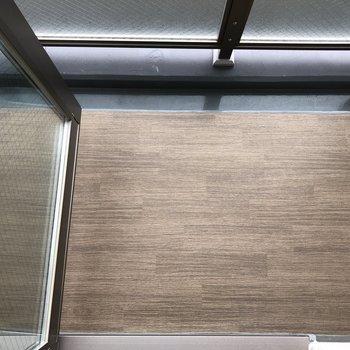 バルコニーはコンパクト。布団の天日干し等はできそうな広さでした。※写真は5階の同間取り別部屋のものです