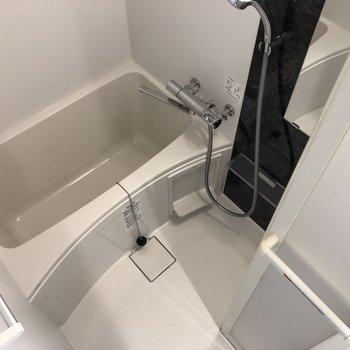 お風呂はコンパクト。お掃除も楽々。※写真は5階の同間取り別部屋のものです