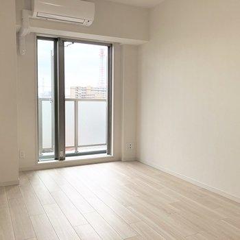 ベッドは左側かなぁ。※写真は5階の同間取り別部屋のものです