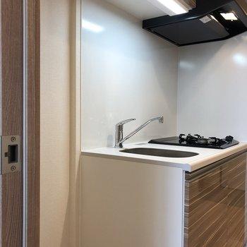 キッチンはお部屋を出てすぐ左側です。※写真は5階の同間取り別部屋のものです