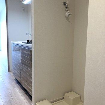 脱衣所の前に洗濯機置場があります。※写真は5階の同間取り別部屋のものです