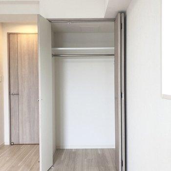 下部にラックを置いて収納率をアップ。※写真は5階の同間取り別部屋のものです