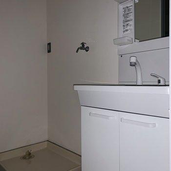 洗面所の奥には洗濯機置場が有ります※通電前のためフラッシュ撮影です