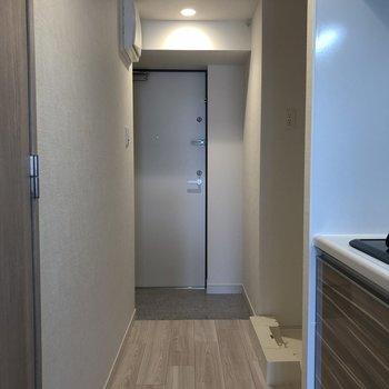玄関は靴を脱ぎ履きしやすい広さ。※写真は5階の同間取り別部屋のものです