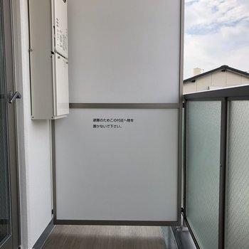 バルコニーは2、3日分の洗濯物を一気に干せそうな広さがあります。※写真は5階の同間取り別部屋のものです