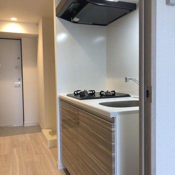キッチンはお部屋を出てすぐ。※写真は5階の同間取り別部屋のものです