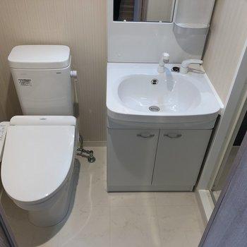 トイレと洗面台は隣り合っています。※写真は5階の同間取り別部屋のものです