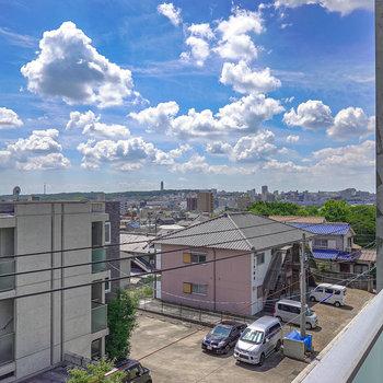 【バルコニー】少し高台にあるので、右に視線を振ると遠くまで望める素敵な景色が楽しめます◎