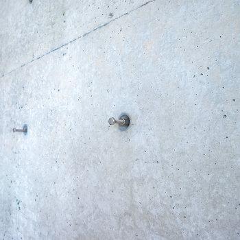 コンクリ壁の穴にはこのようにフックを打ち込めるので、壁掛け収納やインテリアにも使えるんです◎