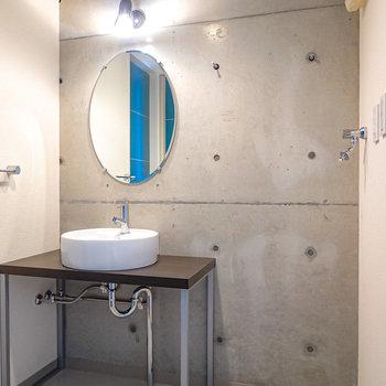 【脱衣所】ミニマルな洗面台とコンクリの対比が◎洗濯機置場はパン無しタイプ。