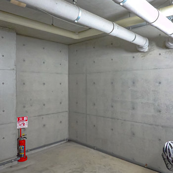 【共用部】駐輪場もエントランス内に。雨風からも守ってくれます。