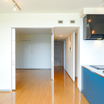 LDKの隣には扉で仕切ることが出来る洋室が。
