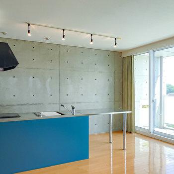 【キッチン】広い天板が特徴のペニンシュラ型キッチン!