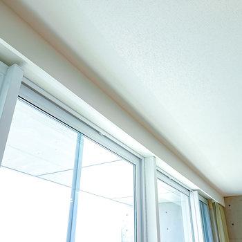 【LDK】窓のカーテンレールはボックス付きで上部が隠れる嬉しい仕様。