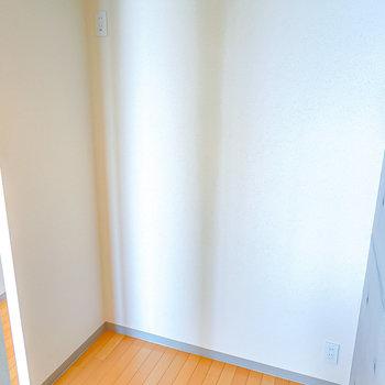 【キッチン】冷蔵庫置場兼パントリーとして使えるスペースです。