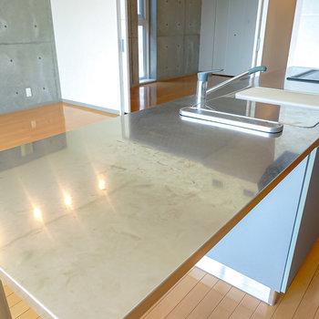 【キッチン】飛び出した天板はダイニングテーブルとしても◎シンクにピッタリハマるシンクボードとまな板もついています。