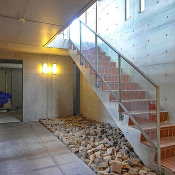 【共用部】エントランスは1階から階段を降りて半地下に。