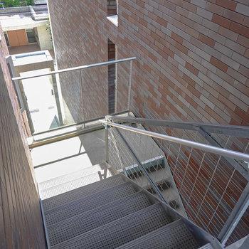 【共用部】お部屋は3階でエレベーターはありません。レンガの壁に囲まれた階段を登って行きます。