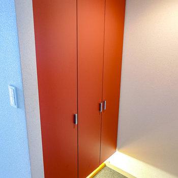 【玄関】赤い扉が大人な雰囲気。下から照明の光が溢れてくるのもクール。
