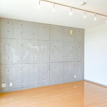 【LDK】東西の壁はカッコイイコンクリート打ちっぱなし。レザーソファやアートを合わせたいなぁ。