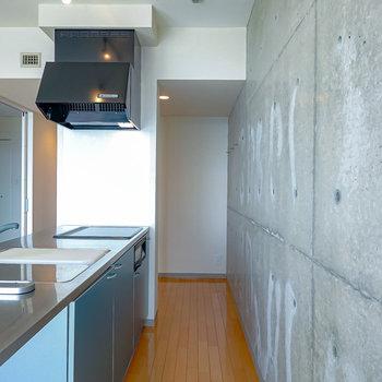 【キッチン】コンクリ壁の奥には何やらスペースが。