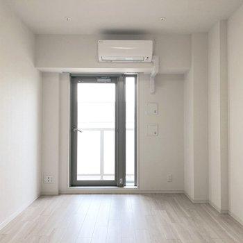 お部屋は色合いのおかげで明るく見えますね。※写真は5階の同間取り別部屋のものです