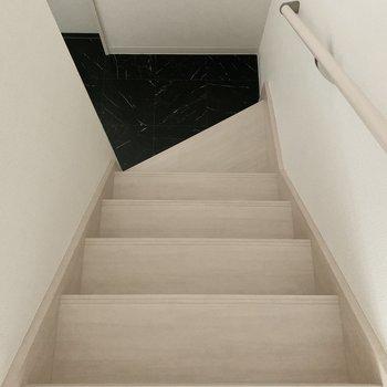 階段で居室へ