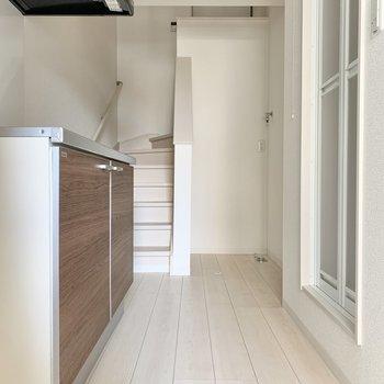 洗濯機置き場は階段横です