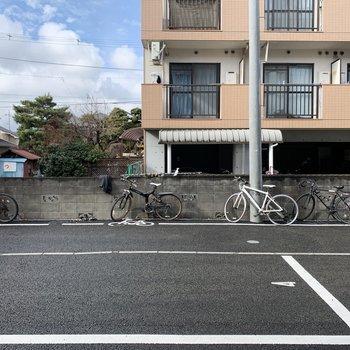 窓から見える景色は駐車場と駐輪場