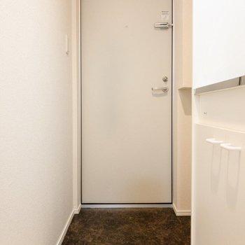 玄関前はスッキリ。シューズラックを置くと良さそう。