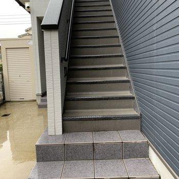 お部屋までは階段です。幅はやや狭めなので、大きい荷物のときは注意です。