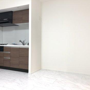 【LDK】キッチン横には、冷蔵庫などが置けます。※写真は1階の反転間取り別部屋のものです