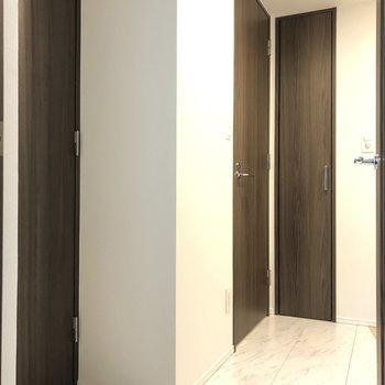 廊下を見ていきます。※写真は1階の反転間取り別部屋のものです