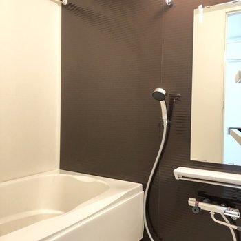 浴室乾燥機が付いているので、雨の日でも安心です。※写真は1階の反転間取り別部屋のものです