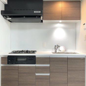 【LDK】収納も充実している3口ガスのキッチンです。※写真は1階の反転間取り別部屋のものです