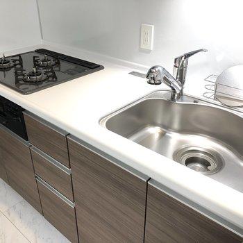 【LDK】シンクは広めで洗い物がしやすそうですね。※写真は1階の反転間取り別部屋のものです