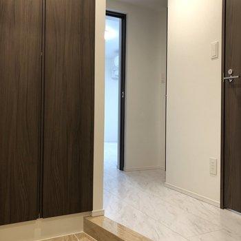 清潔感のある玄関です。※写真は1階の反転間取り別部屋のものです