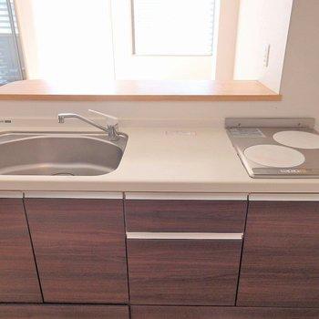 キッチンは2口のIH!(※写真は3階の同間取り別部屋のものです)
