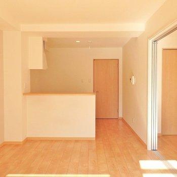 明るいフローリングと白い壁がいい感じ。(※写真は3階の同間取り別部屋のものです)