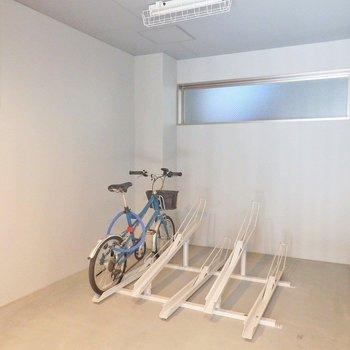 自転車、バイクはエントランス内におけます。