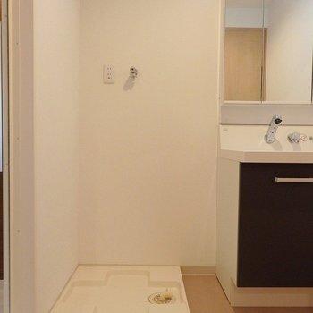 お隣に洗濯機。(※写真は3階の同間取り別部屋のものです)