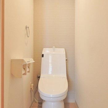 トイレもシャギーなアクセントクロス。(※写真は3階の同間取り別部屋のものです)