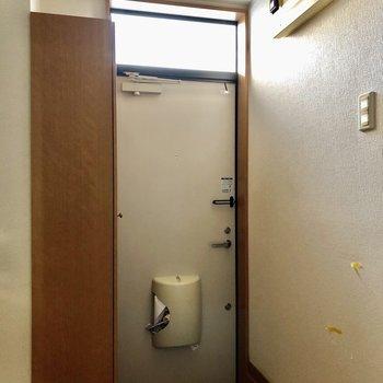 玄関は段差が少し高いので注意です。(※写真は清掃前のものです)