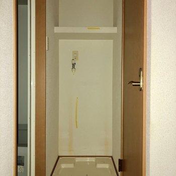 洗濯機置場も室内に!上には棚付き。(※写真は清掃前、フラッシュ撮影をしています)