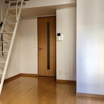 ロフトへの階段は外して壁付けにもできます。(※写真は清掃前のものです)
