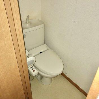 ウォシュレット付きのトイレ。(※写真は清掃前、フラッシュ撮影をしています)