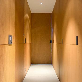 玄関を開けたら見える光景です。木板の雰囲気が素晴らしい。