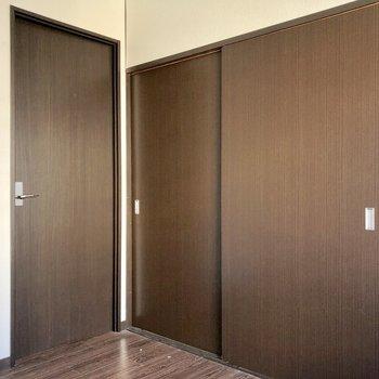 こう見ると扉に埋め尽くされているよう。右はキッチン、左は・・・(※写真は清掃前です)
