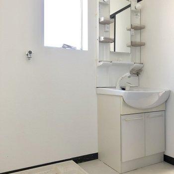 脱衣所にも窓!洗面台と洗濯機は並んで(※写真は清掃前です)